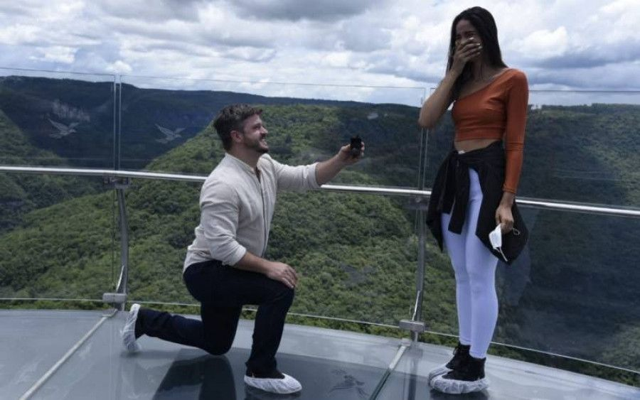 No dia em que abriu ao público, Skyglass Canela registra pedido de casamento