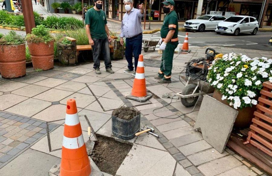 Prefeito de Gramado acompanha recuperação das calçadas centrais