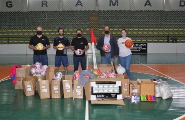 Prefeito de Gramado acompanha entrega de material da Secretaria Municipal de Esporte e Lazer para o Conselho Municipal de Esportes